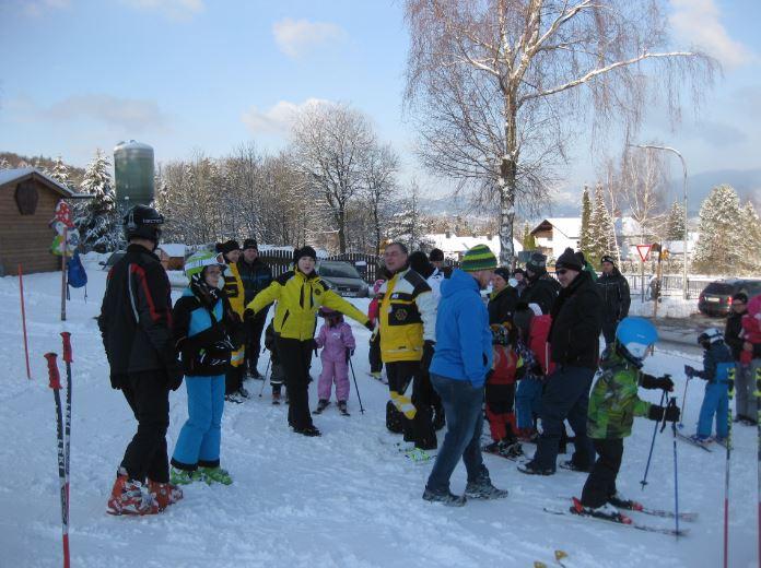 Kinder Eltern Skilehrer und Helfer
