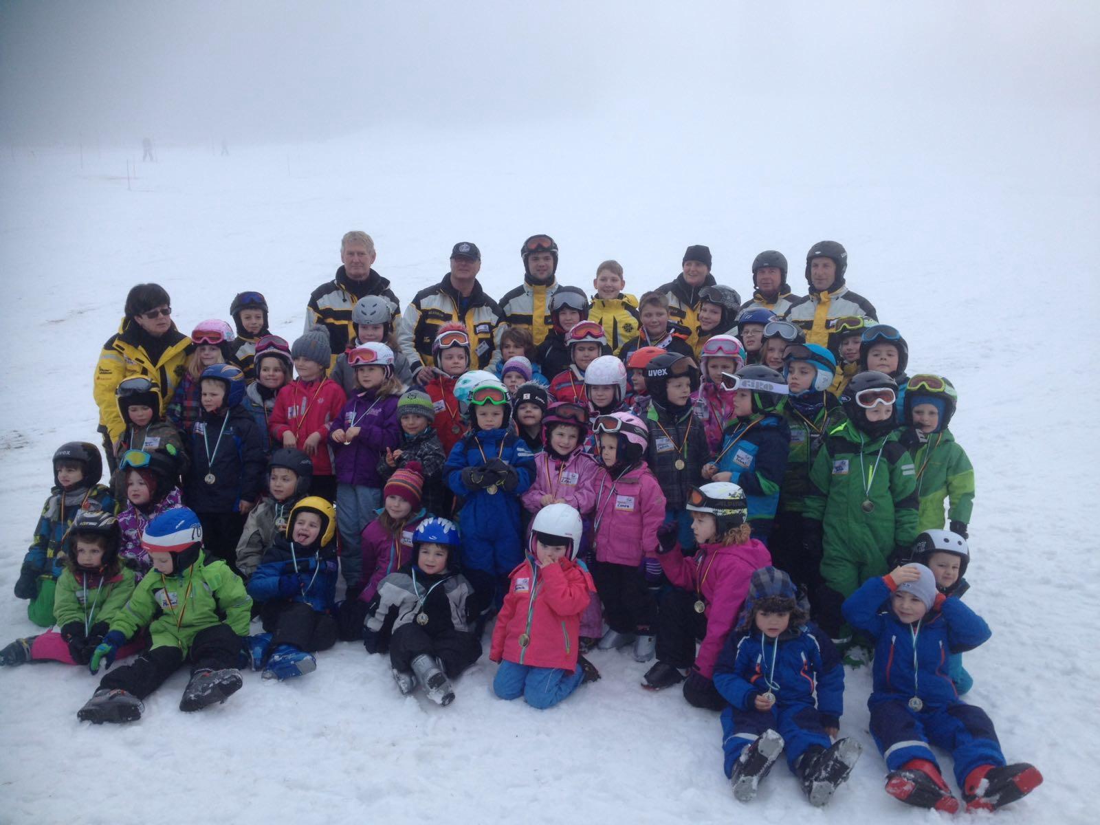 Grupperfoto Skikurs2  49 Kinder und Skilehrer