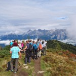 Wandergruppe Blick Richtung Hochwurzen/Dachstein